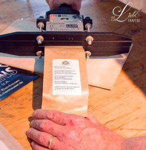 Kaffeerösterei - Eintüten